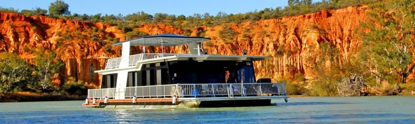 Houseboat Escape - Be amazed at the colourful cliffs